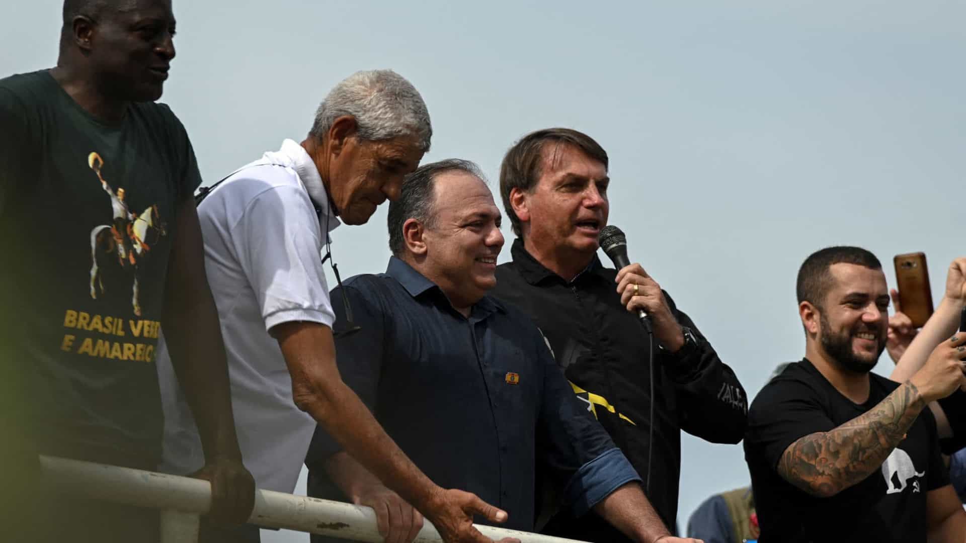 Bolsonaro aglomera milhares de apoiadores e, sem máscara, critica isolamento