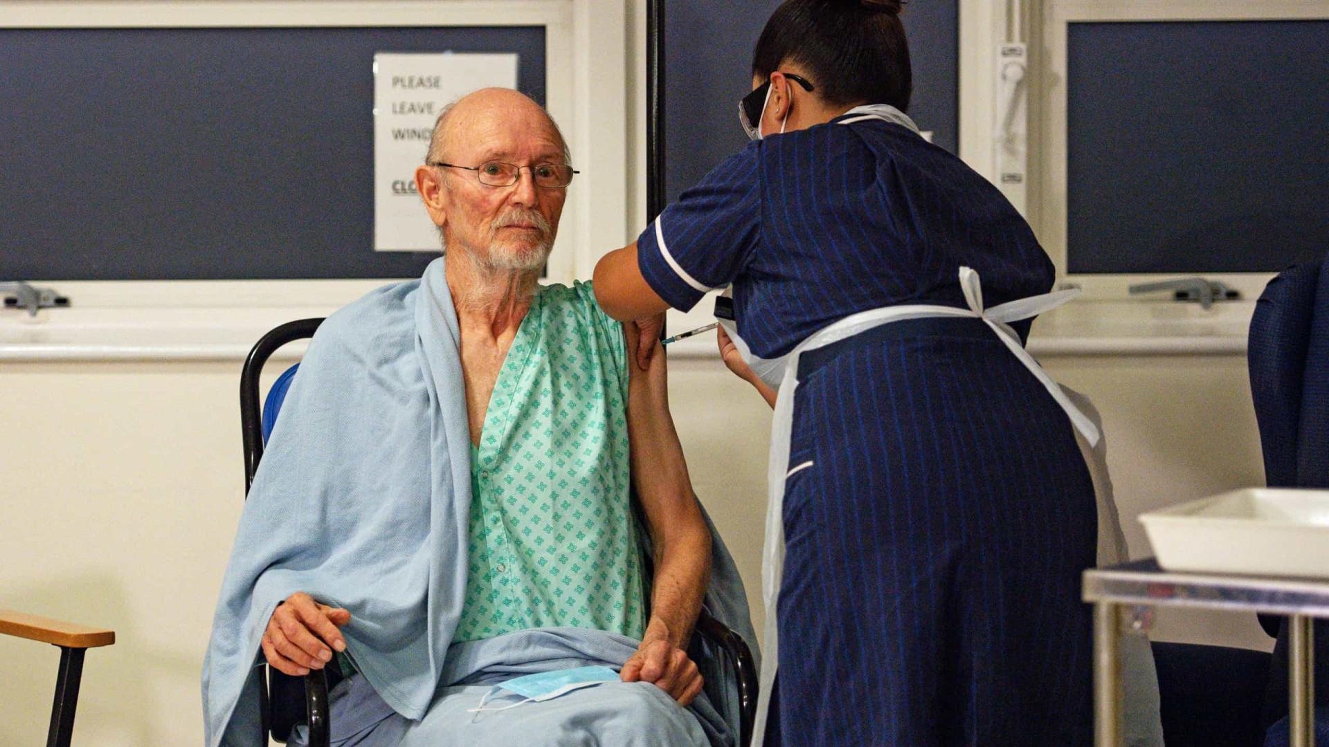 Morre Shakespeare, 1º homem vacinado contra a Covid, aos 81 anos
