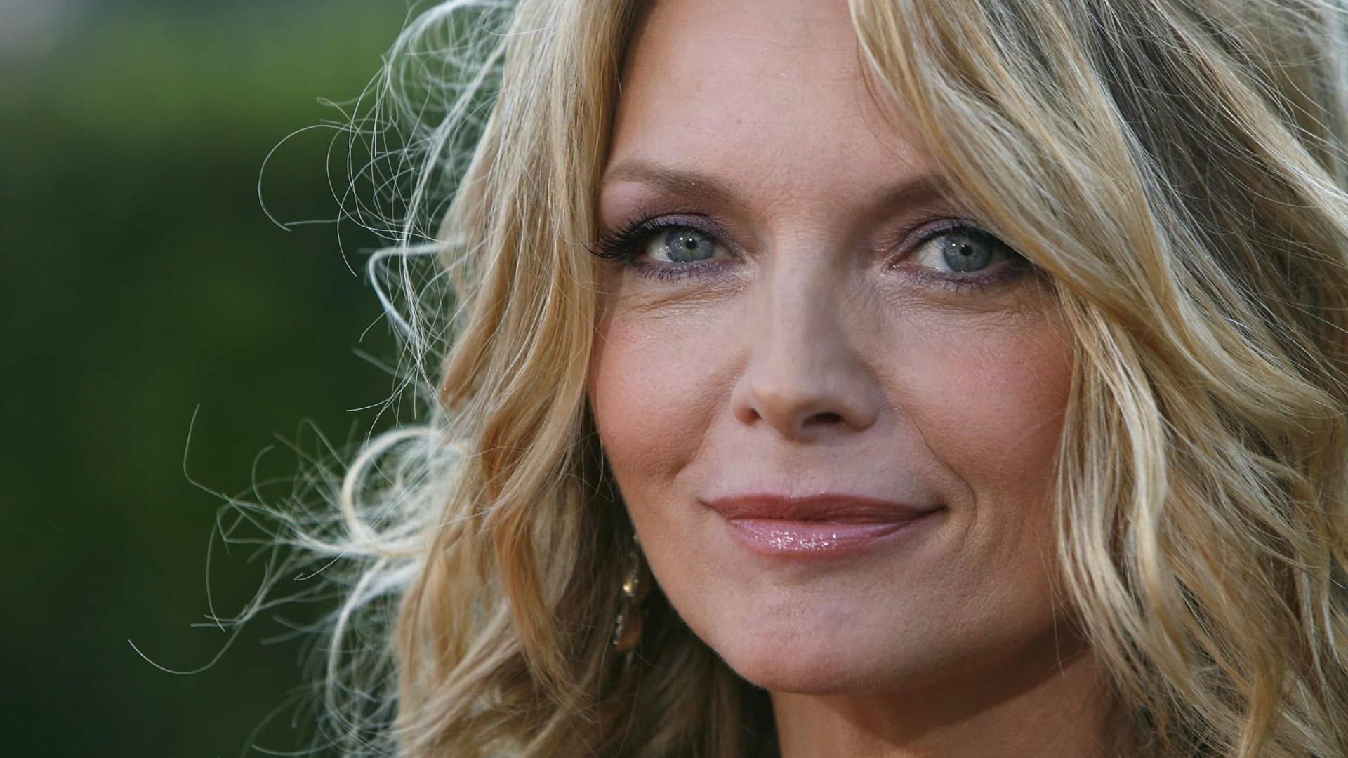 Michelle Pfeiffer não perde a pose de ricaça em 'Saída à Francesa'