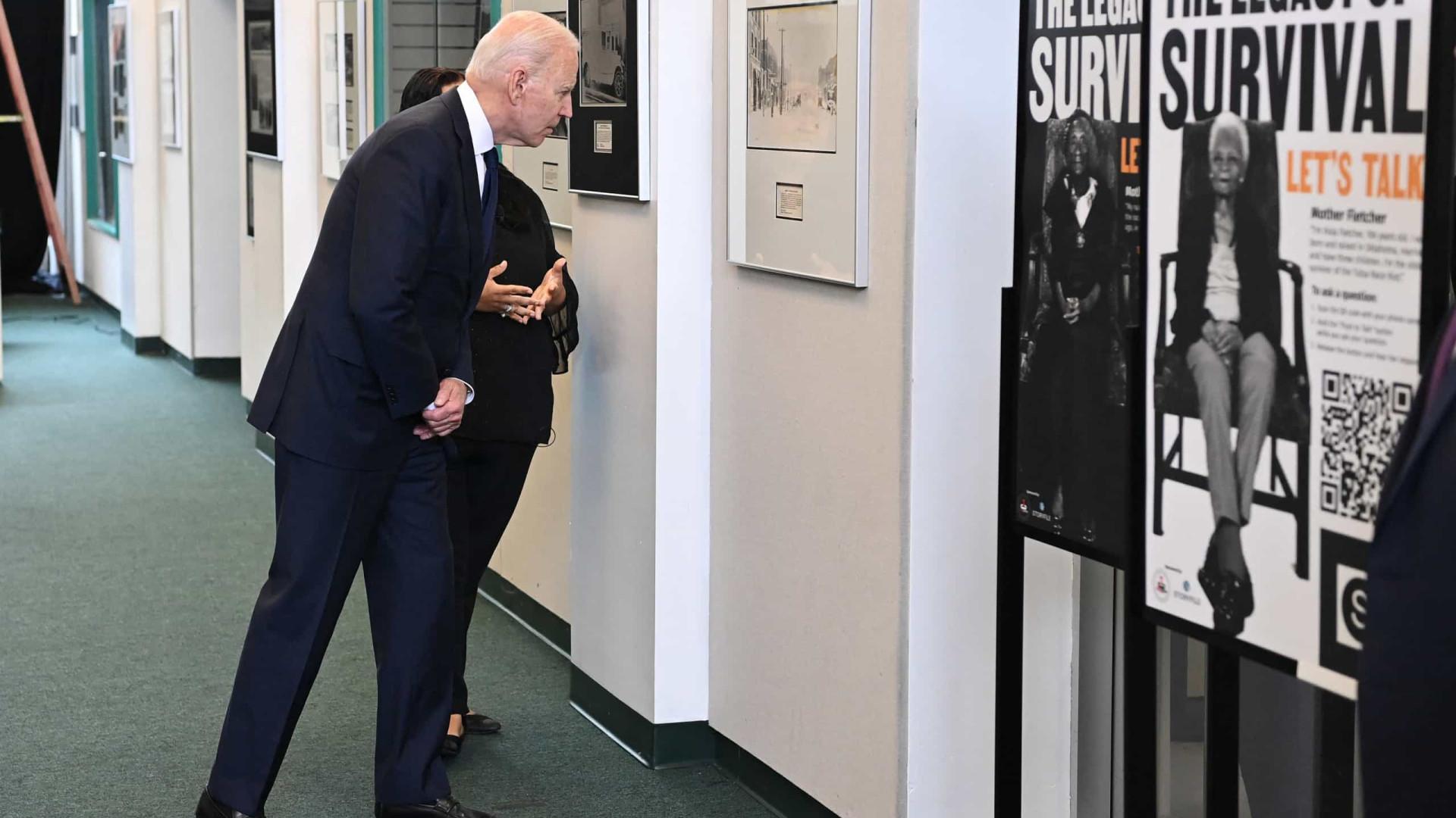 Biden faz visita histórica a palco de massacre e anuncia investimentos