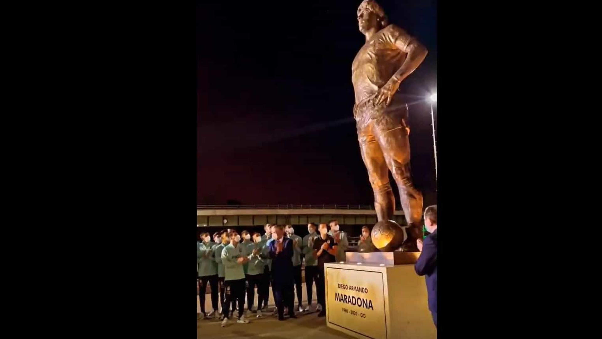 Messi inaugura estátua de cinco metros de Maradona