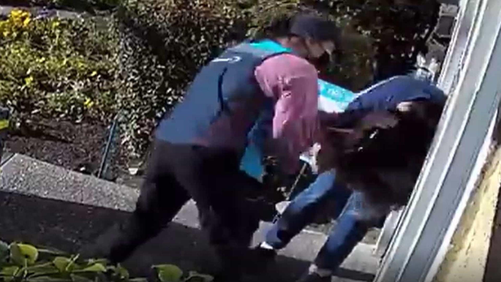 Entregadora da Amazon é flagrada agredindo violentamente uma mulher