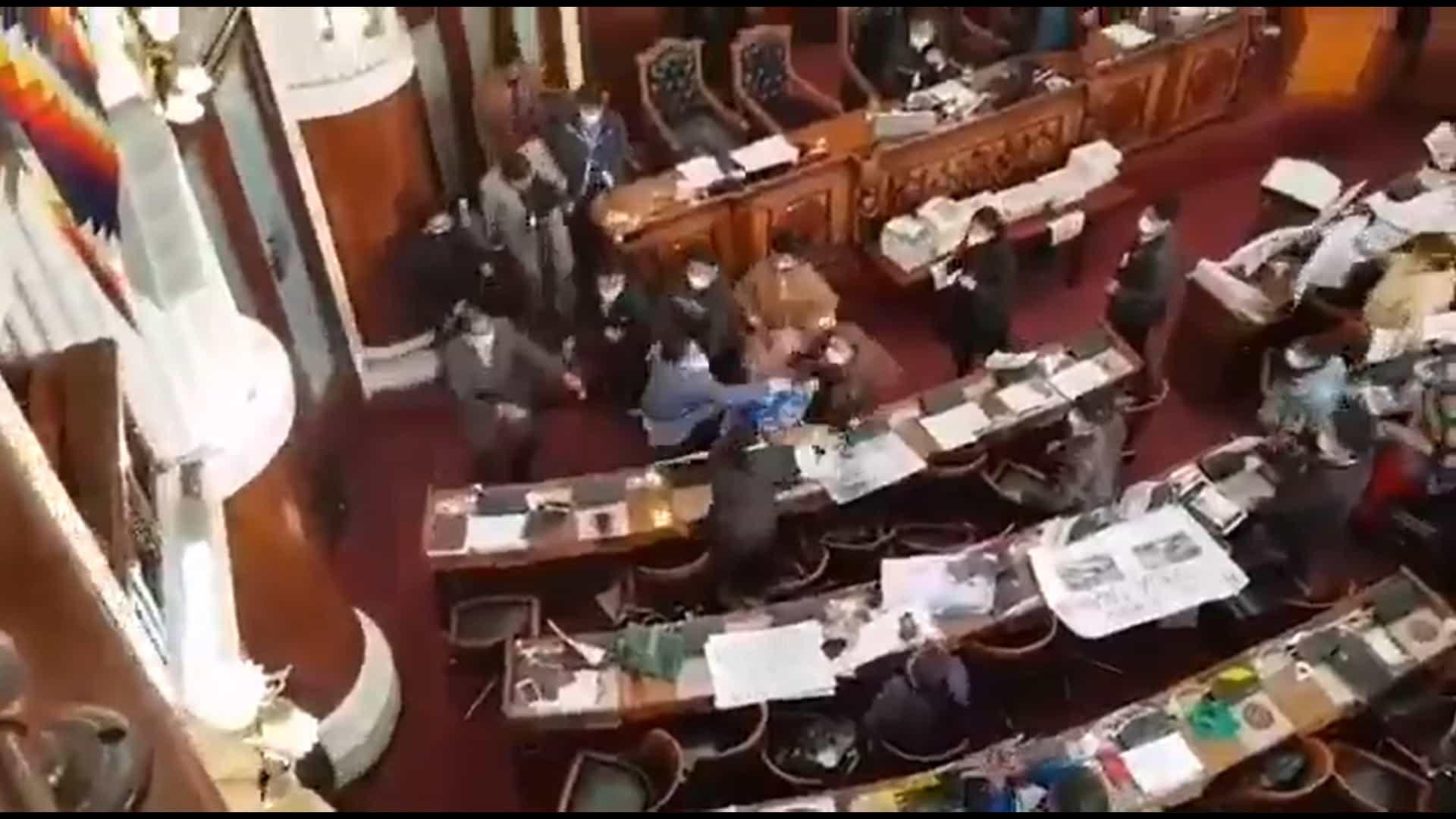 Deputados trocam socos no parlamento da Bolívia