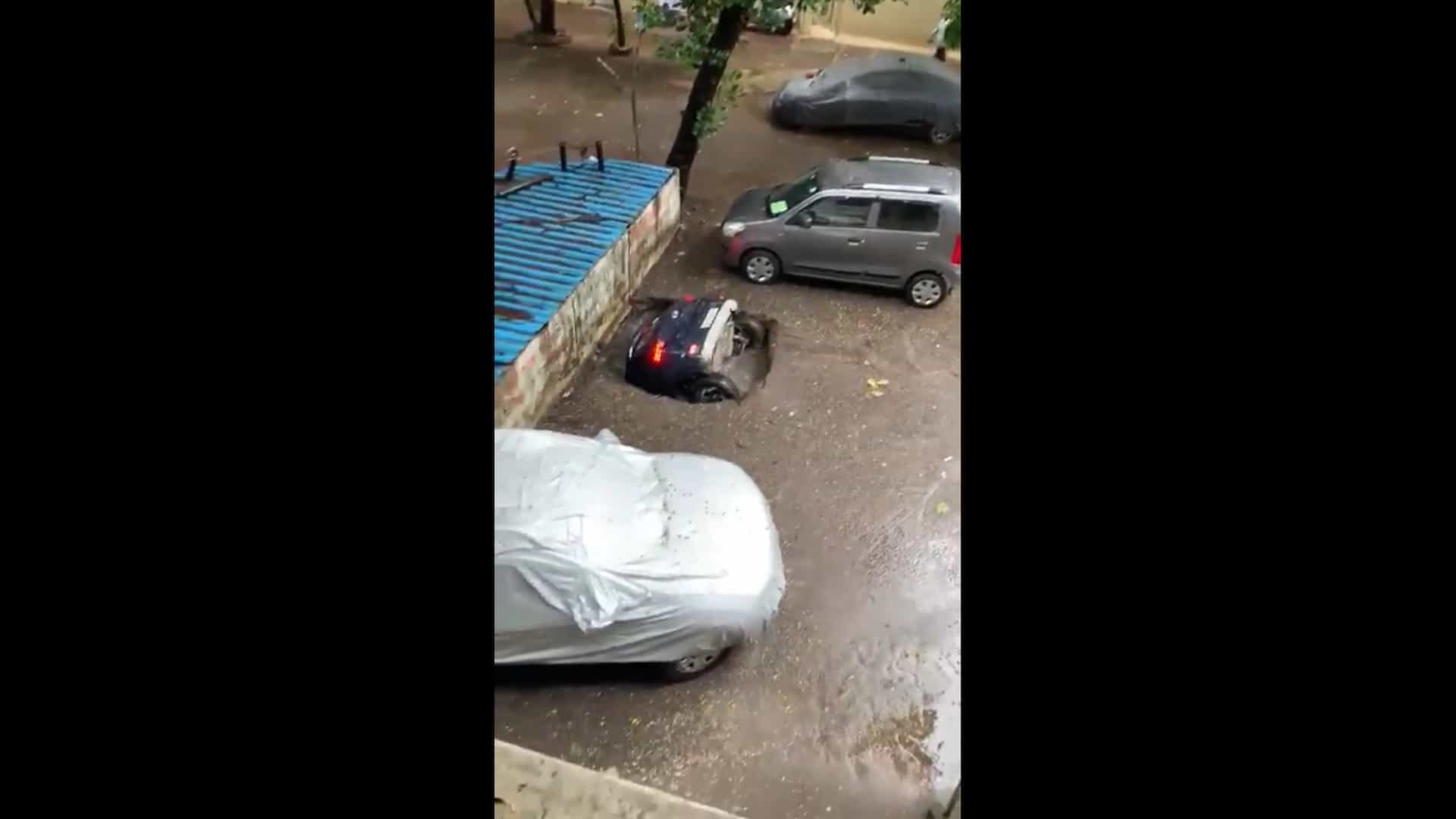 Carro afunda em buraco em parque de estacionamento na Índia
