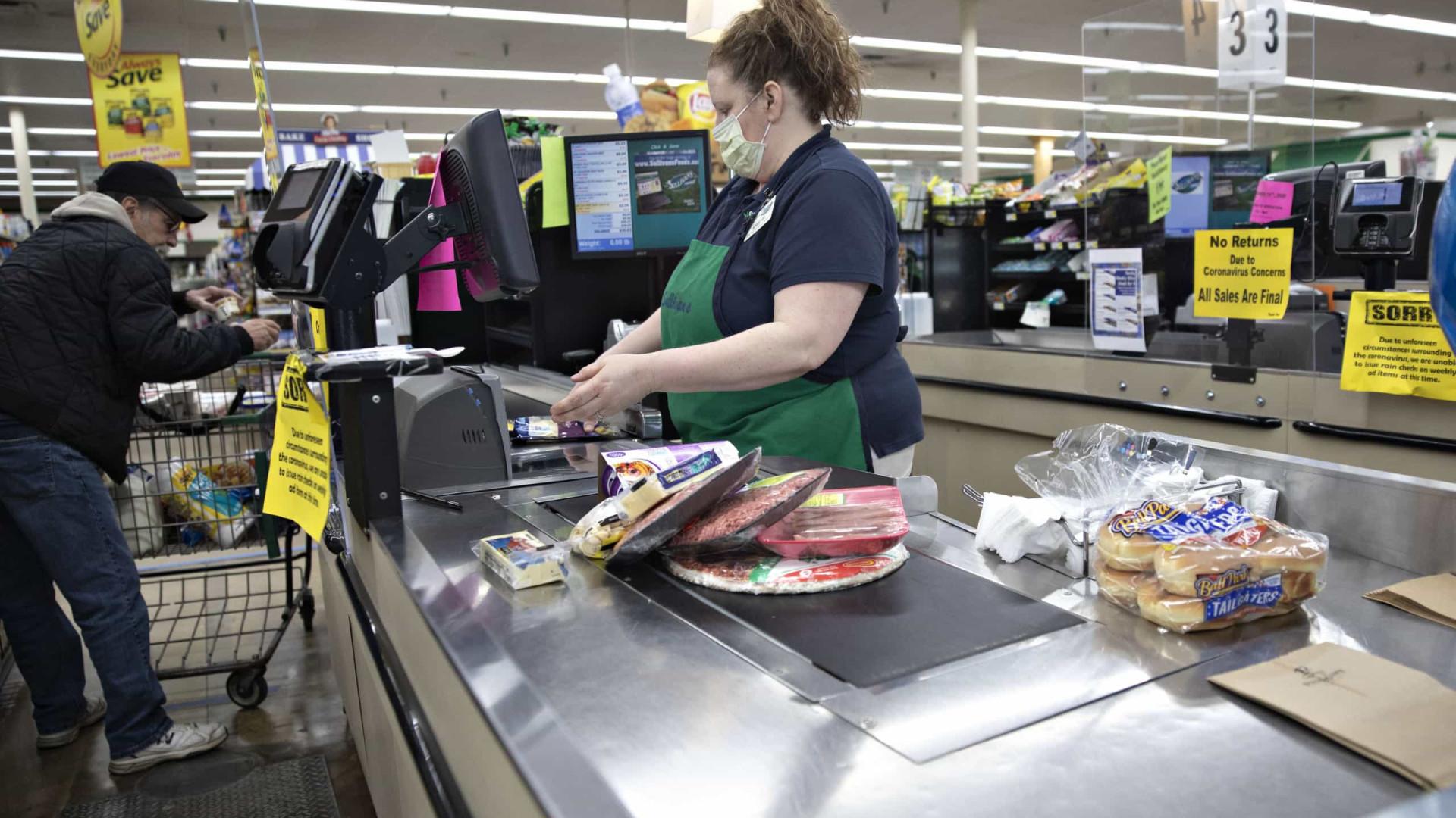 Caixa de supermercado é morta após discussão sobre uso de máscara