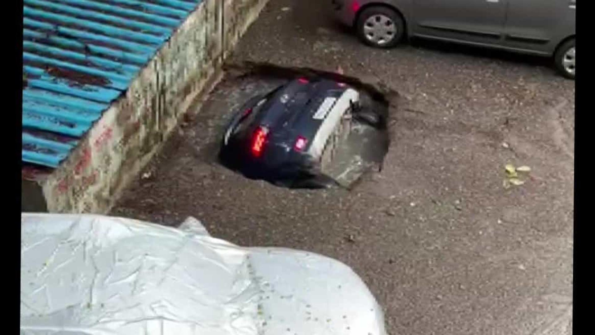 Laje cede e carro é 'engolido' em segundos na Índia; veja!
