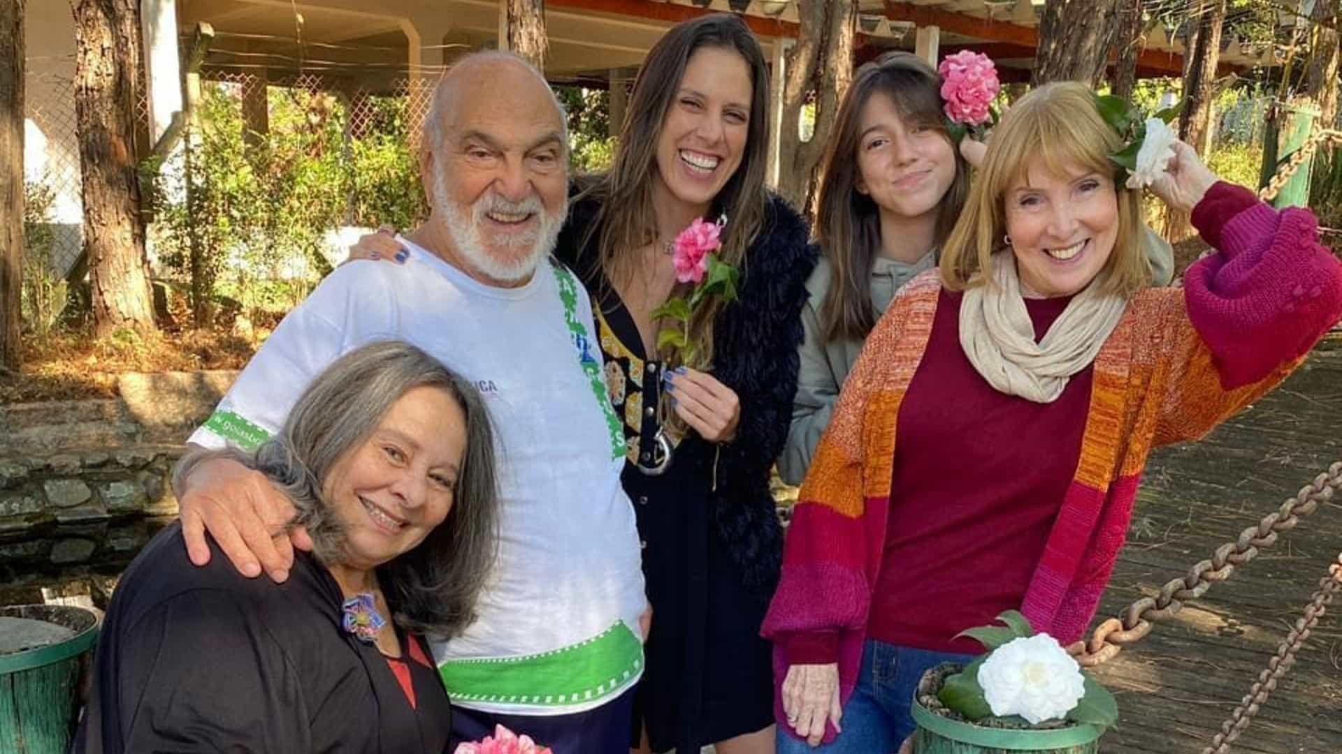 Lima Duarte compartilha registro com filhas, neta e bisneta
