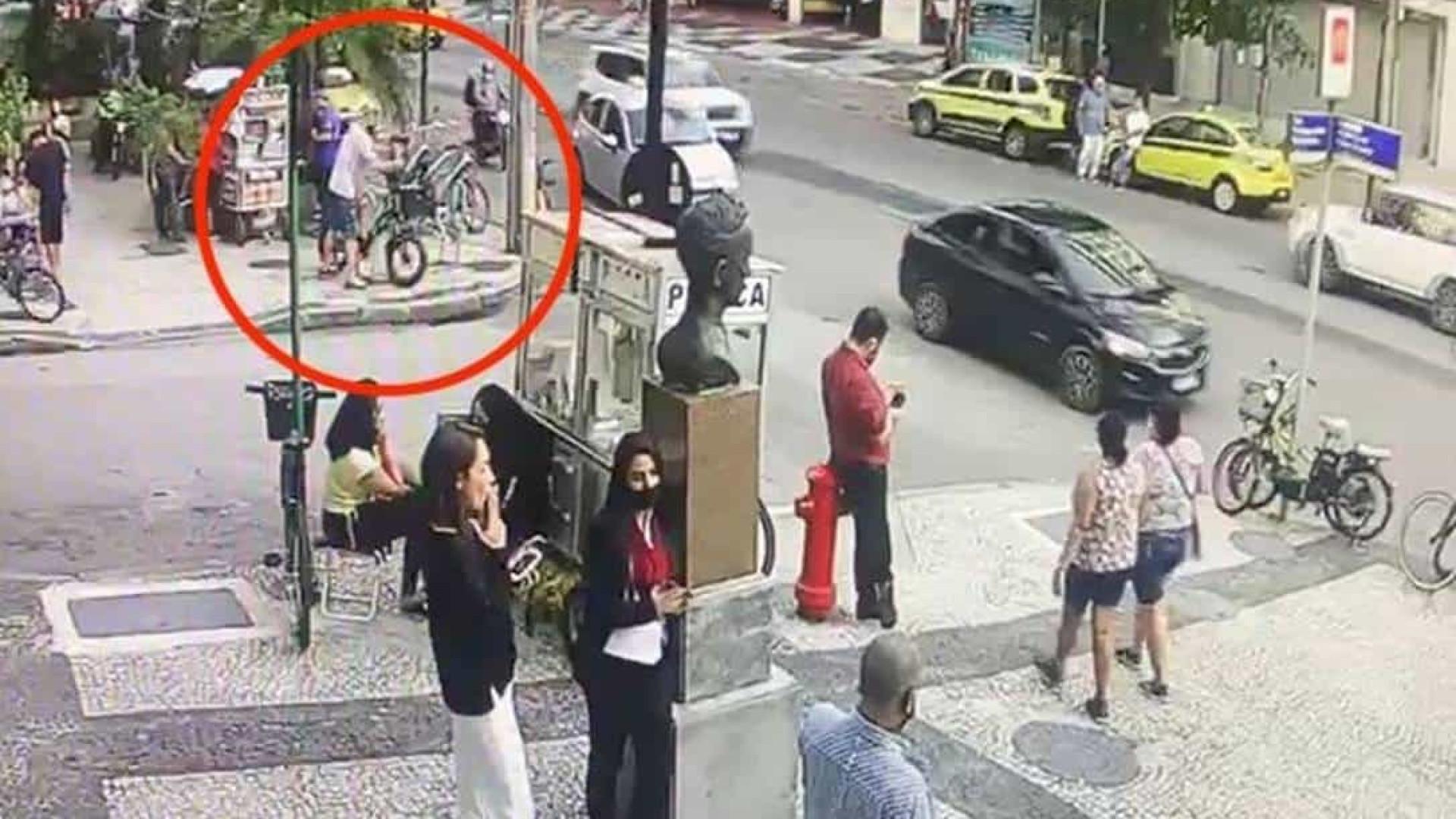Polícia prende homem branco por furto de bicicleta após donos acusarem jovem negro