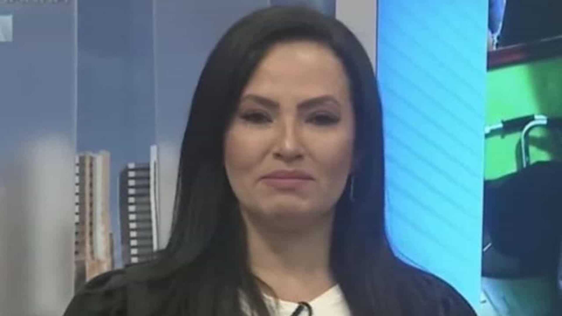Apresentadora da Record chora ao vivo e revela ter sido abusada na infância