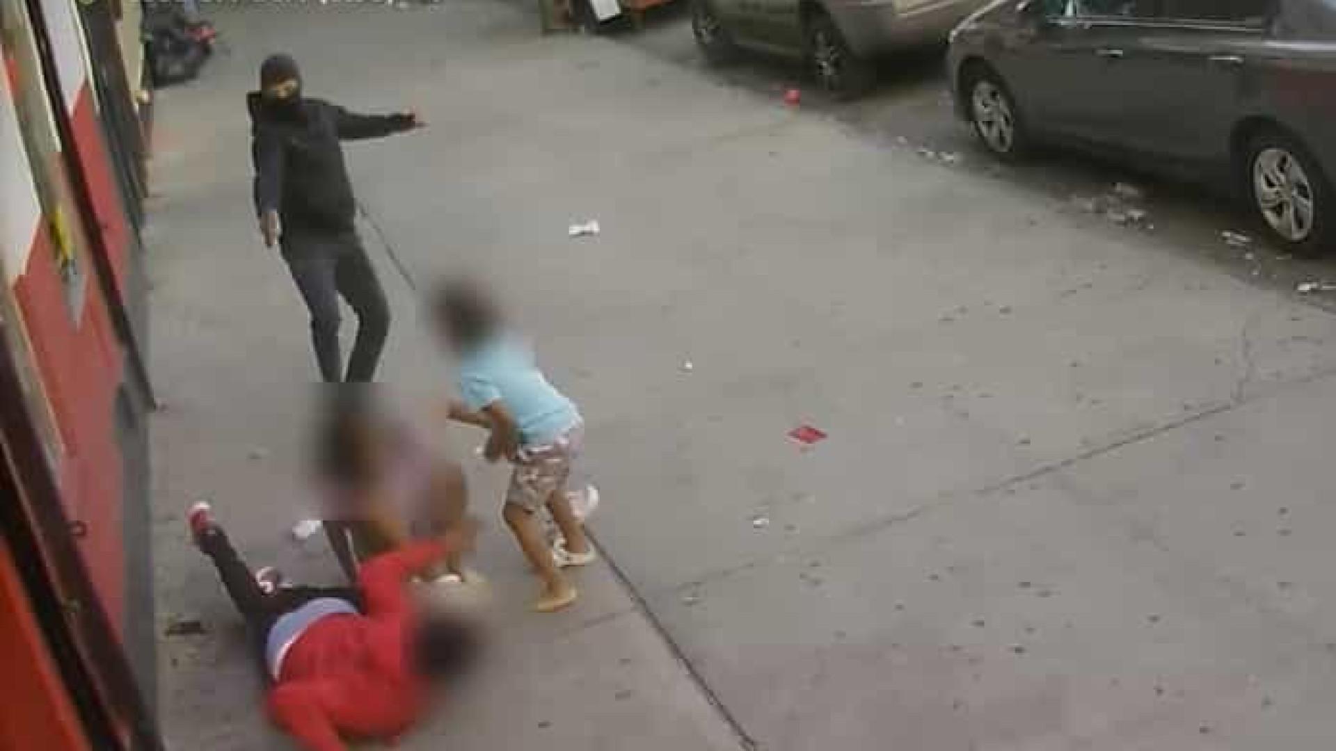 Atirador abre fogo contra homem ao lado de crianças em Nova York; vídeo