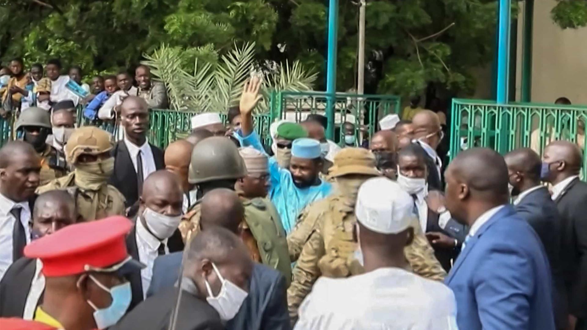 Presidente interino do Mali sofre tentativa de ataque a faca em celebração