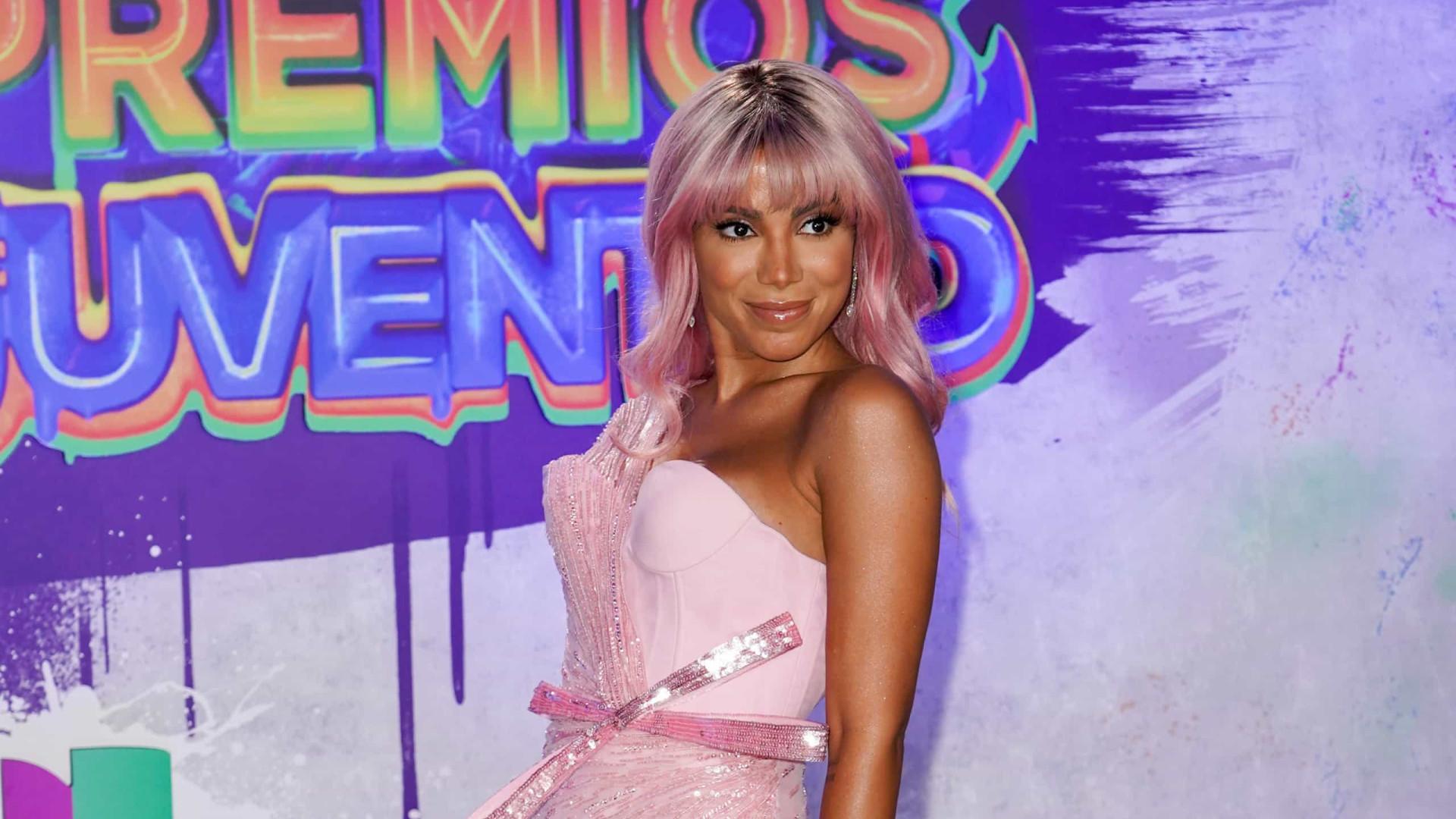 Anitta arrasa em festa de gala com look ousado e cabelo cor-de-rosa