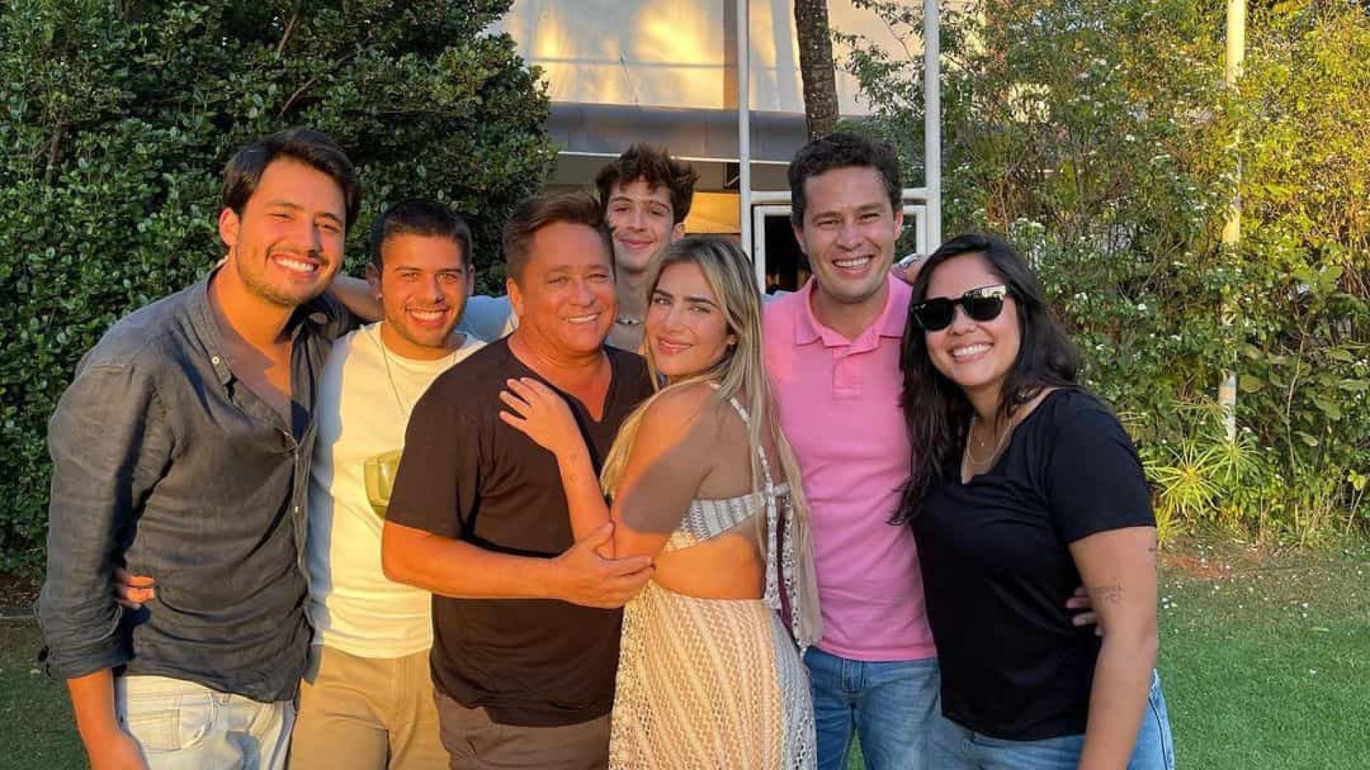 Leonardo exibe foto rara com os seis filhos no dia do aniversário dele