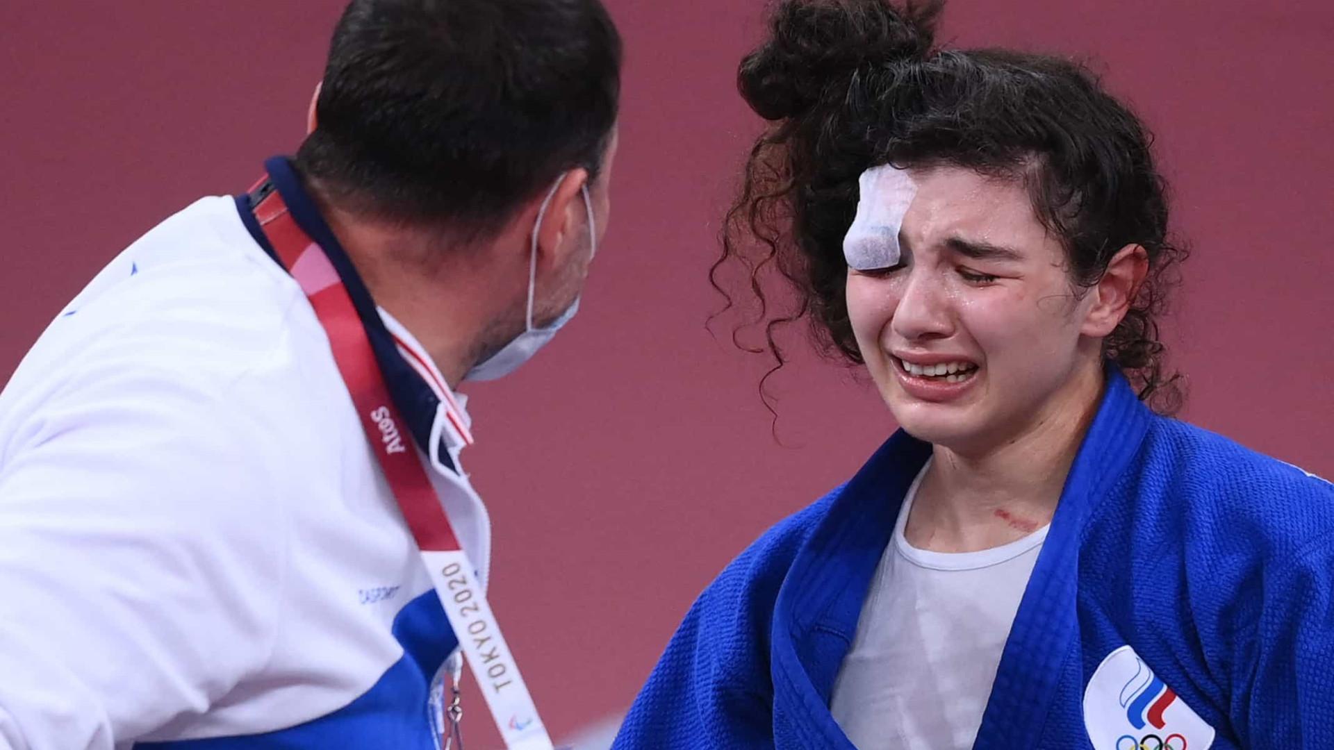 Algoz da judoca Maria Portela, russa sai com olho inchado e carregada do tatame