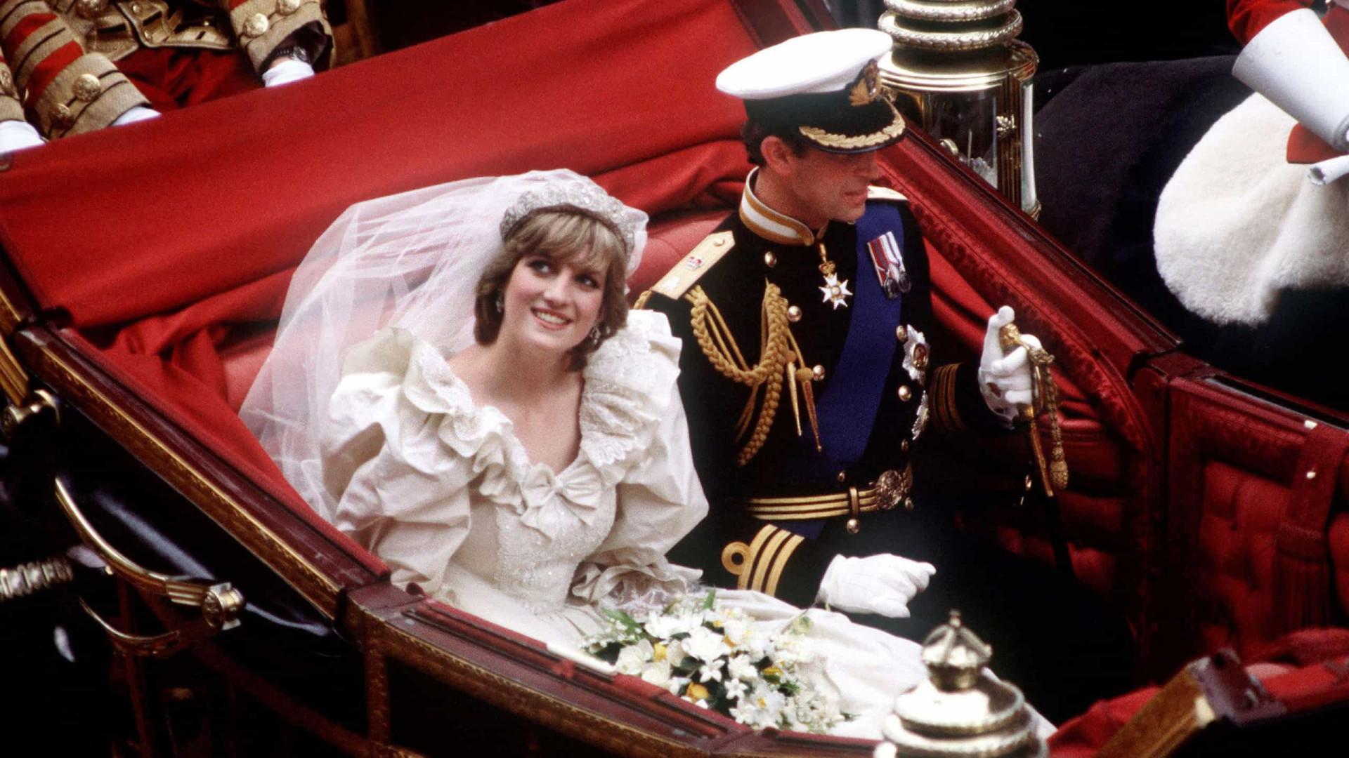 Fatia de bolo do casamento de Diana e Carlos vendida por dois mil euros