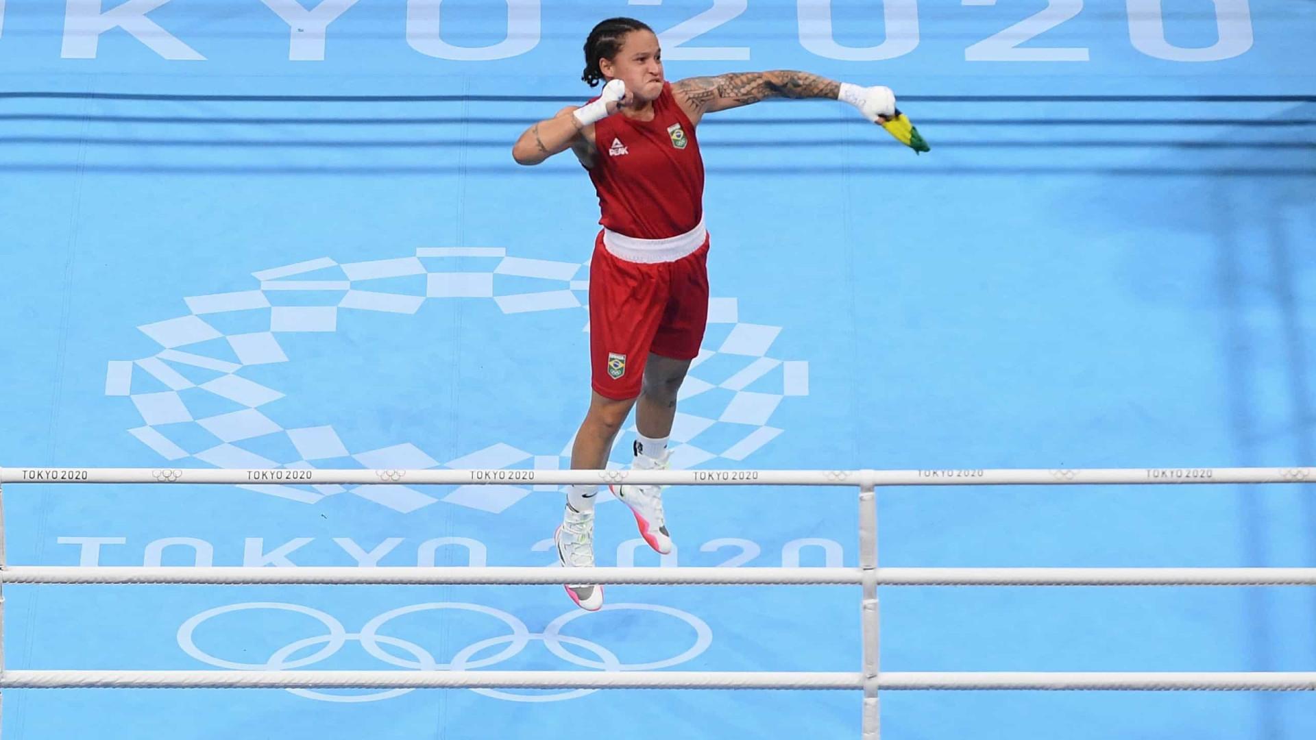 Bia Ferreira supera algoz, vai à final e garante pelo menos a prata no boxe