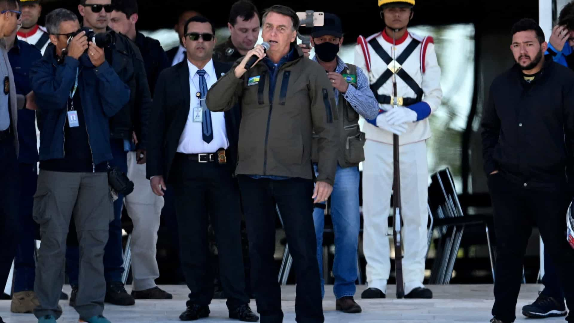 Bolsonaro se apresenta como 'chefe supremo' das Forças e chama presidentes de Poderes para ver blindados