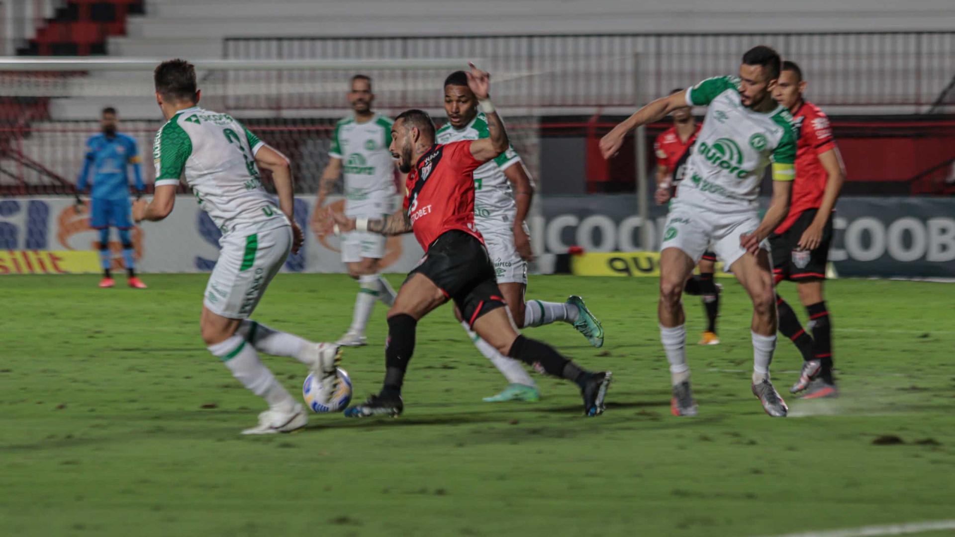 Chapecoense cede empate ao Atlético-GO e bate recorde de rodadas sem vitória