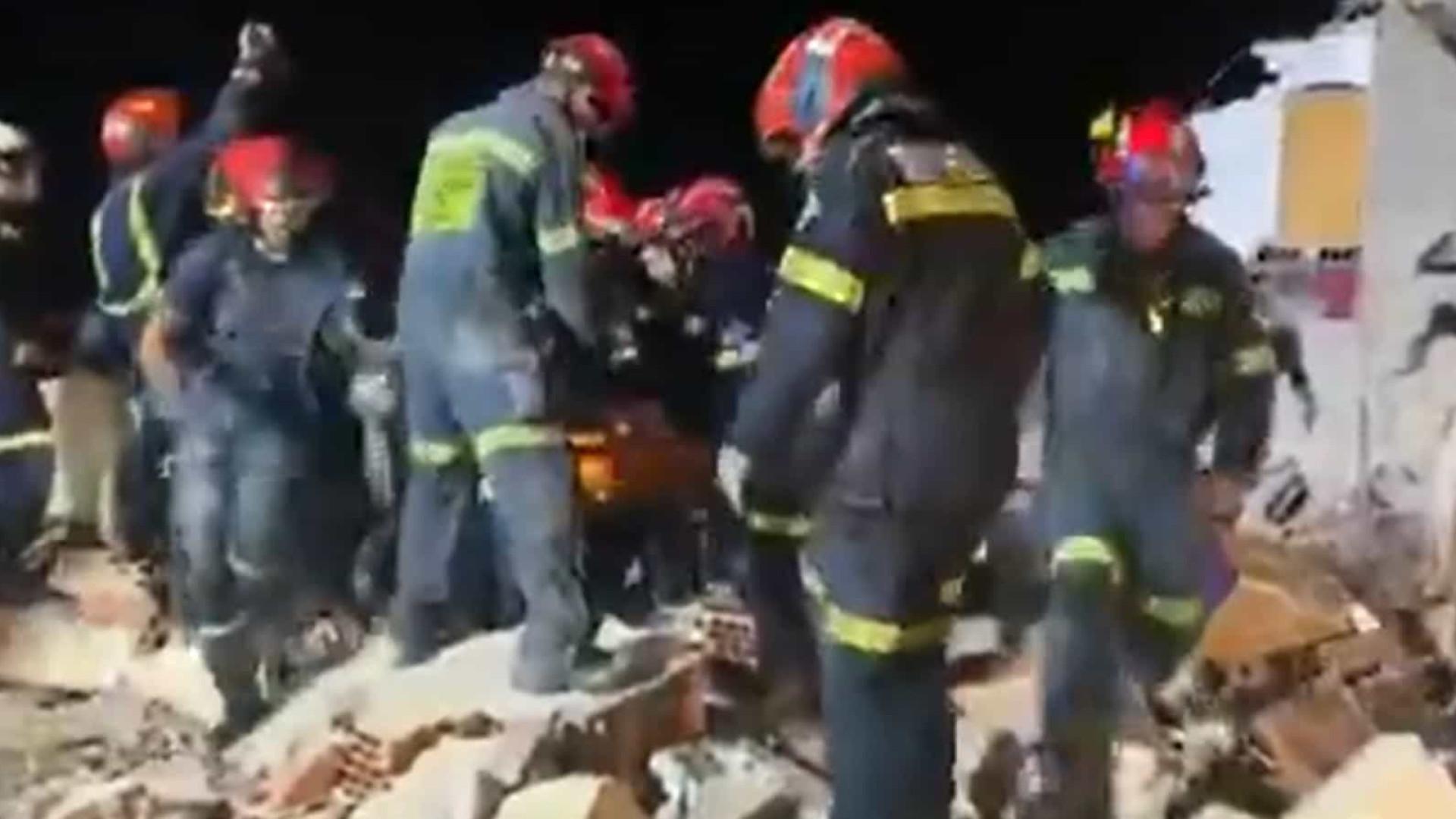 Jovem é encontrado com vida após queda de prédio. Veja imagens do resgate