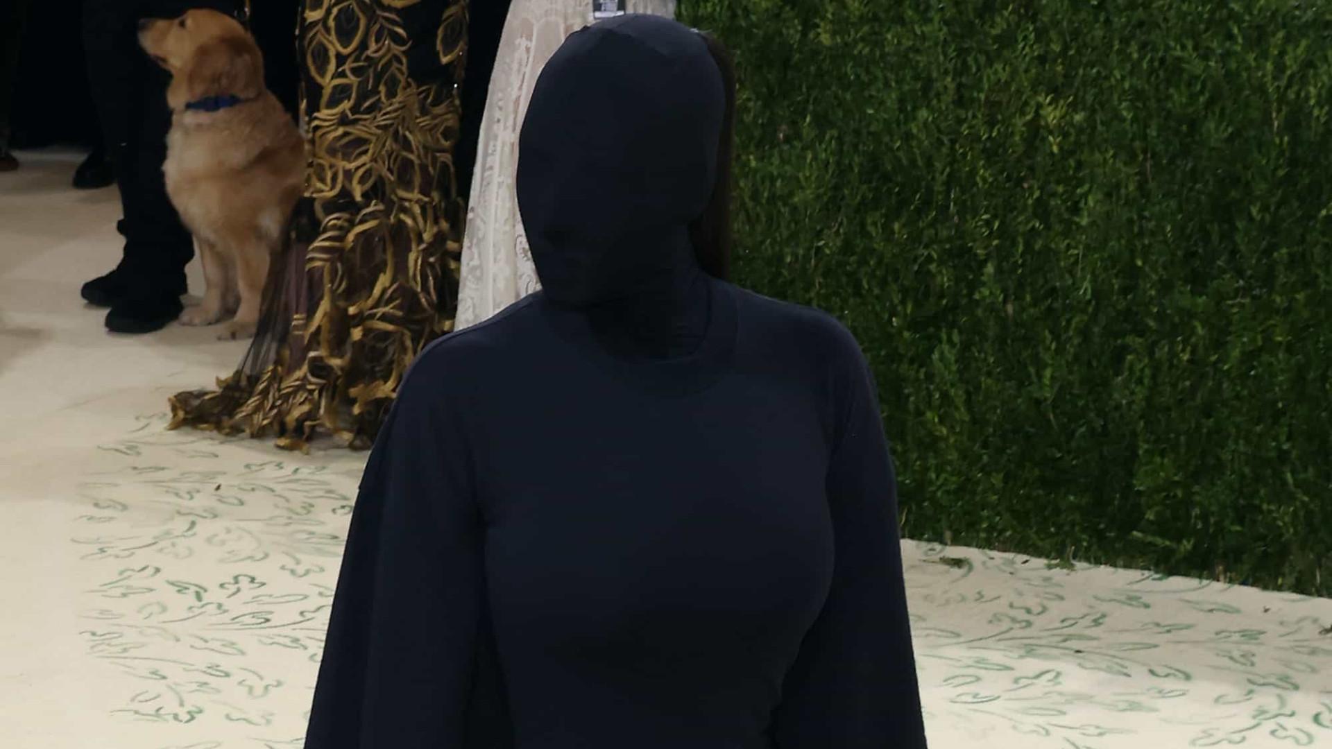 Com o rosto coberto e de preto dos pés à cabeça, Kim Kardashian vira meme