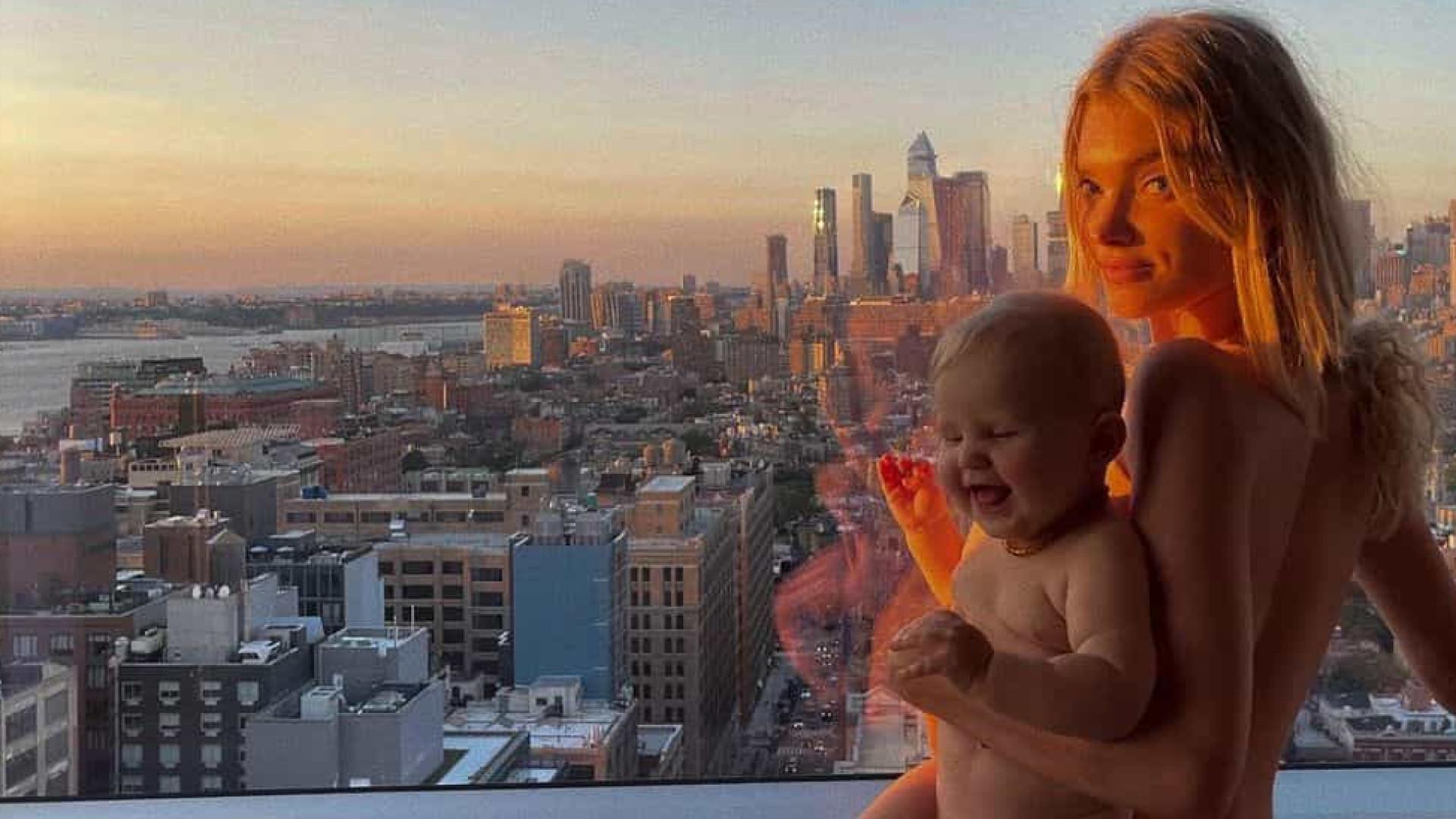Modelo Elsa Hosk e filha de sete meses posam sem roupa