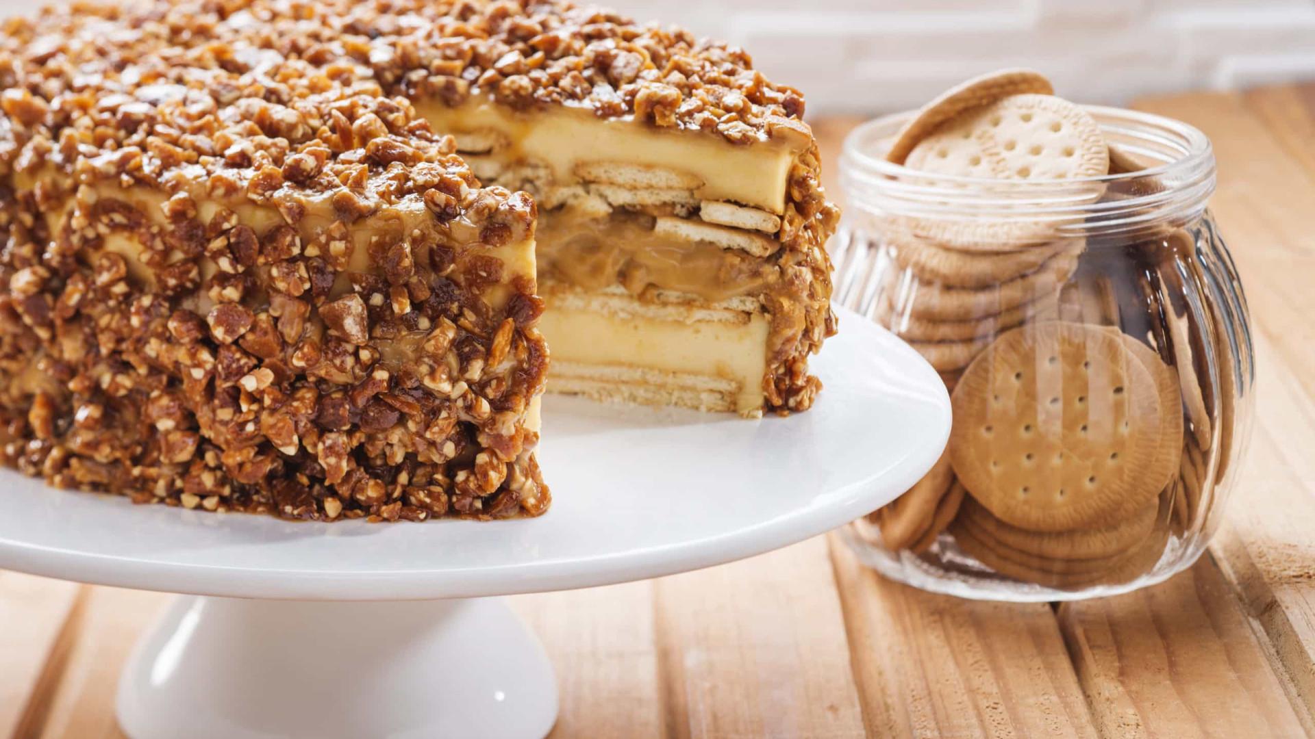 Receita: Torta de biscoito maria com doce de leite e crocante de castanha