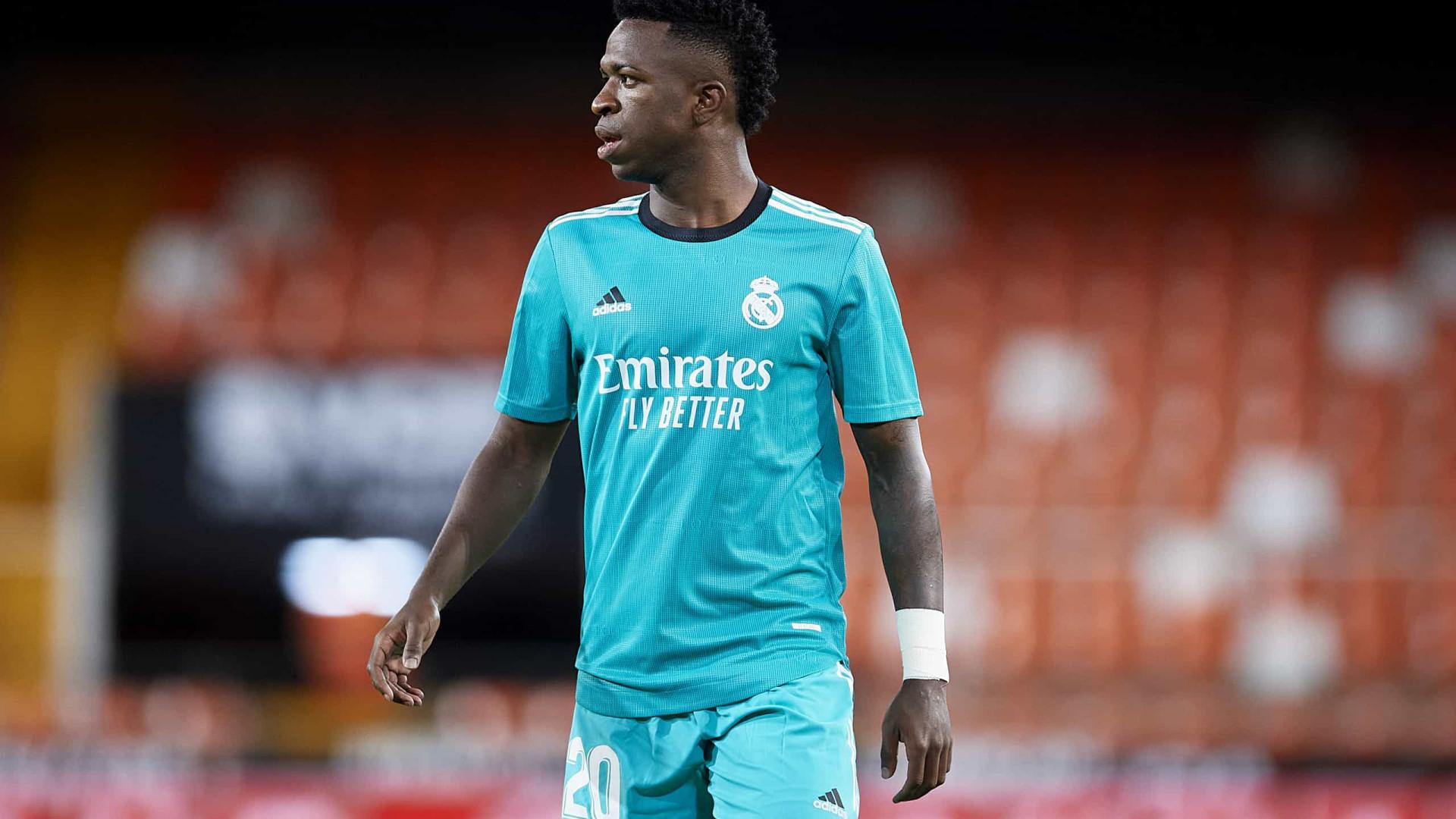 Vinicius Jr brilha, Real Madrid vira sobre Valencia e assume a ponta do Espanhol