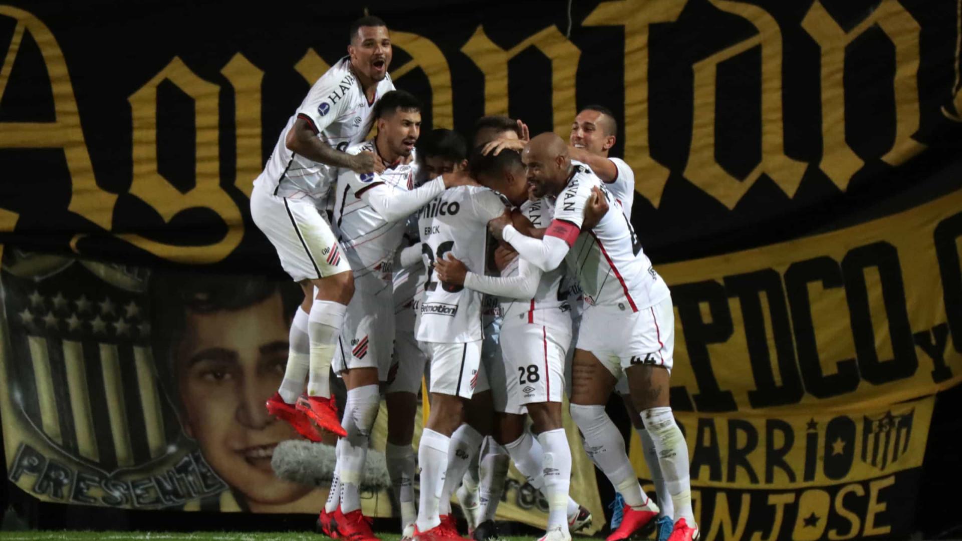 Em casa, Athletico-PR ganha do Grêmio por 4 a 2 e volta a embalar no Brasileirão