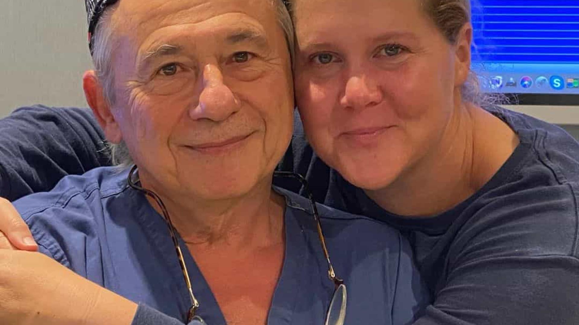 """Amy Schumer se livra de """"dor da sua vida"""" após cirurgia no útero"""
