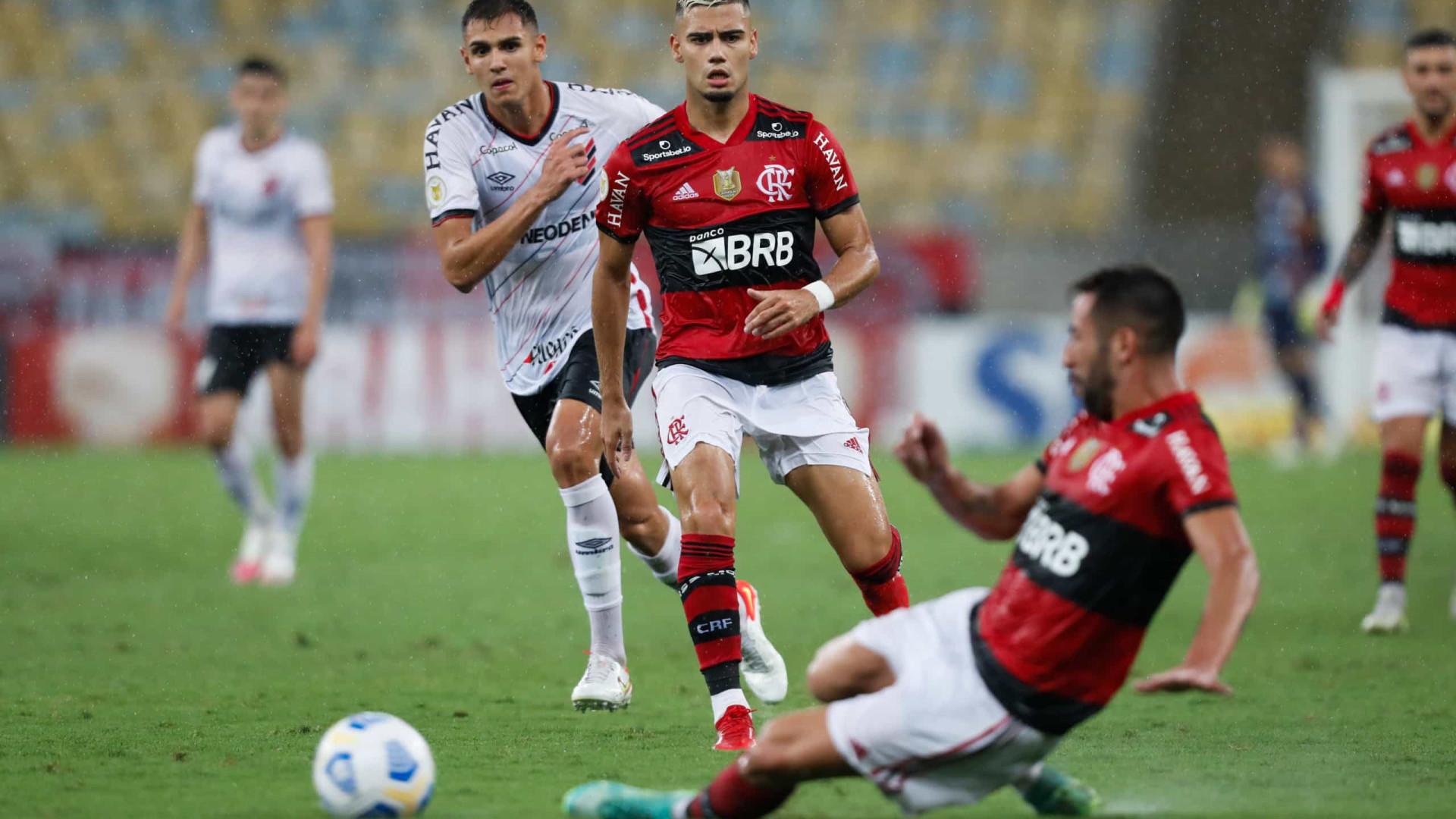 Flamengo atropela Athletico-PR e joga pressão sobre o Palmeiras