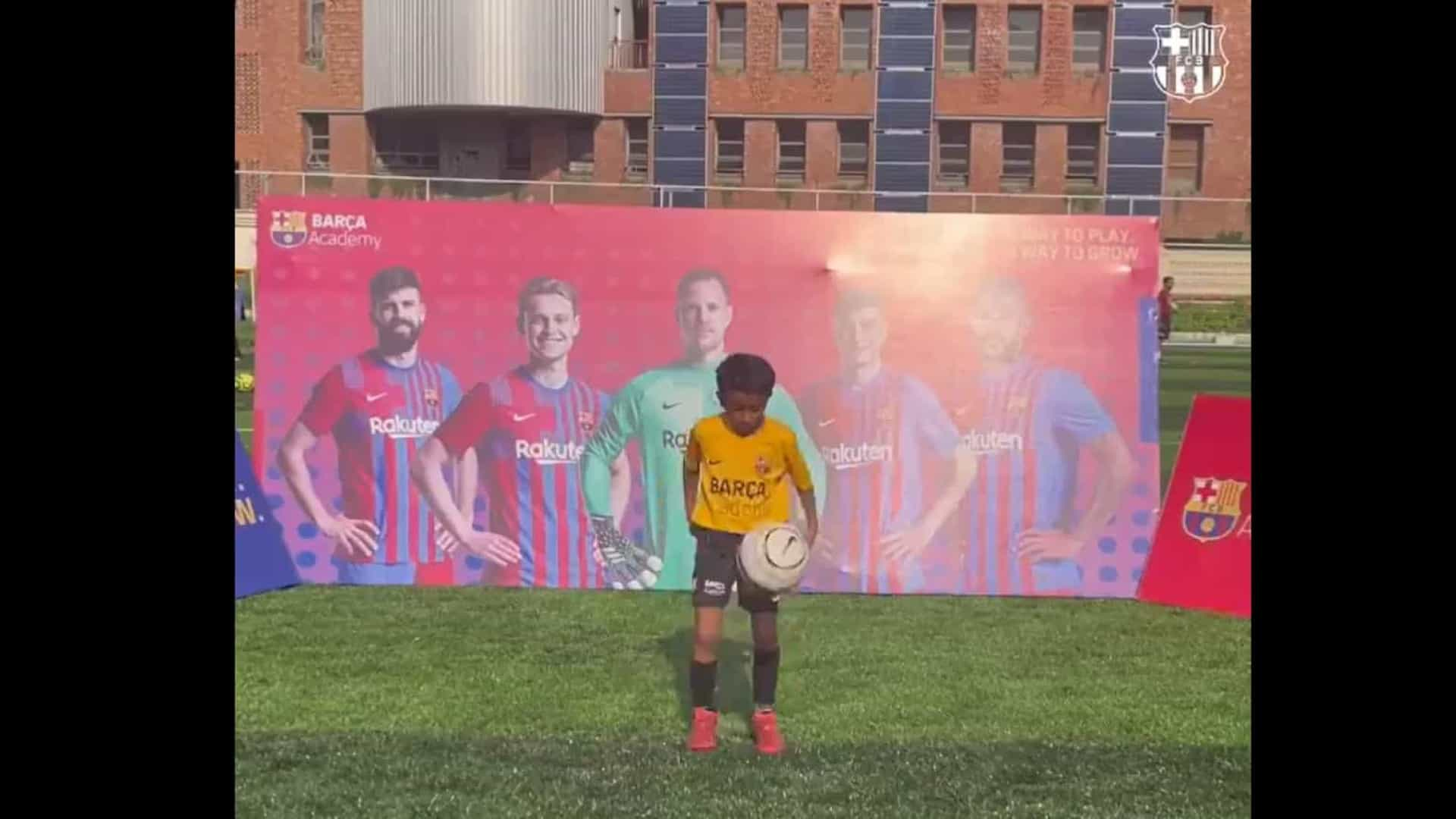 Jovem de 7 anos do Barcelona consegue 146 toques em apenas... 1 minuto