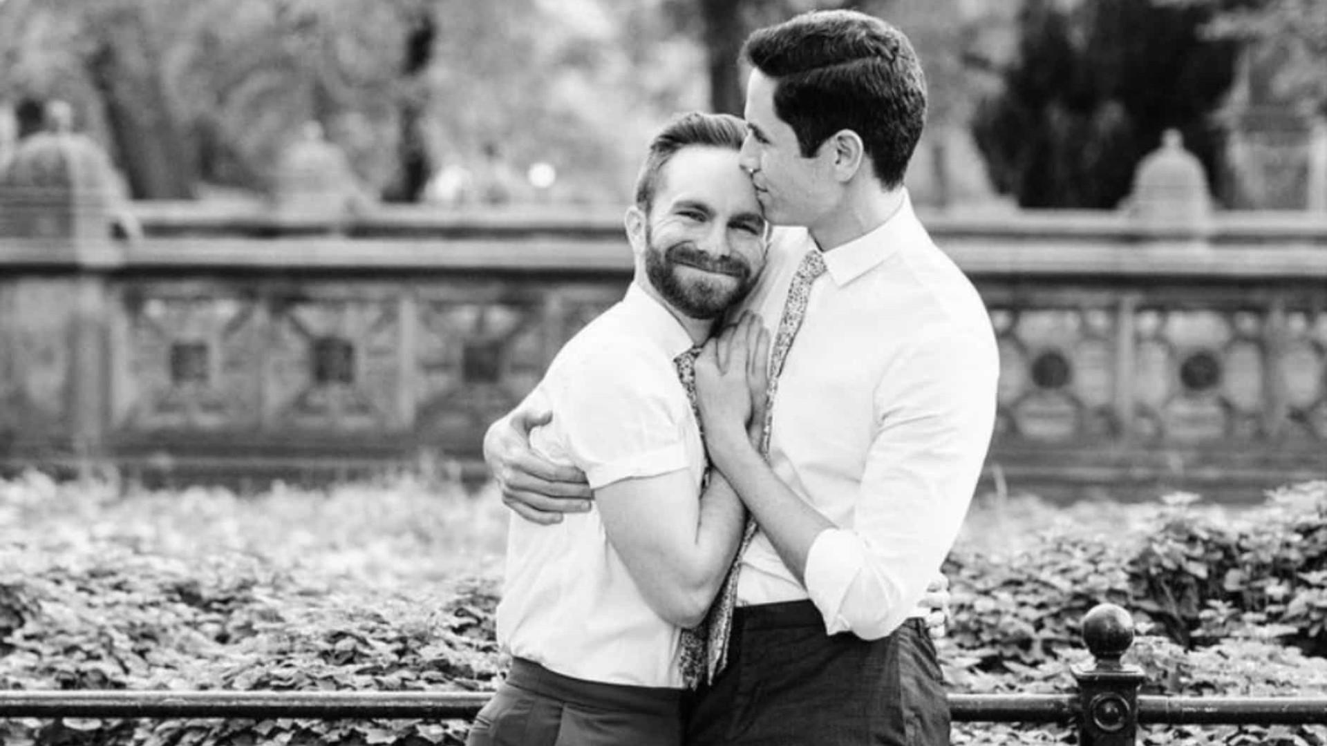 Ator de 'Gossip Girl' se casa com namorado em cerimônia nos EUA