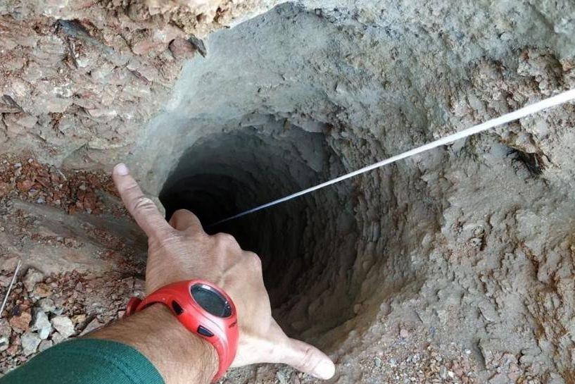 Equipes escavam túnel e têm esperança de salvar menino que caiu em poço