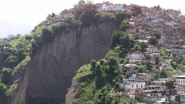 Vídeo mostra policiais forjando cena do crime em favela do Rio