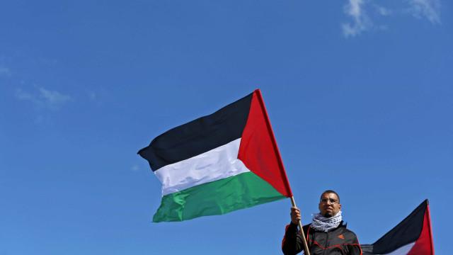 Bandeira palestina é hasteada na sede da ONU pela primeira vez