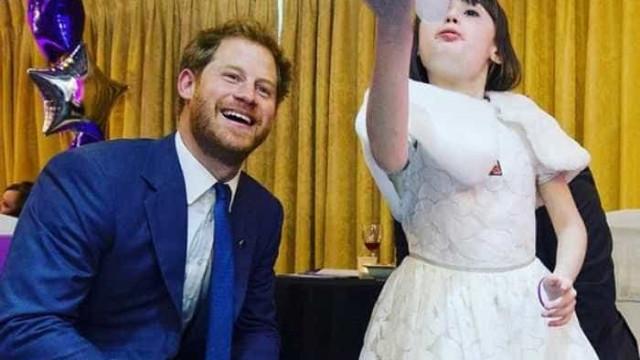 Príncipe Harry brinca com crianças doentes em evento beneficente
