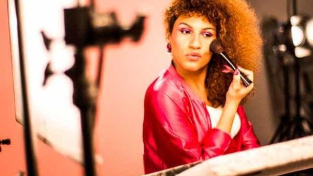Marca de maquiagem lança tutorial com transexual