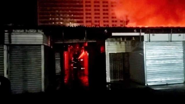 Incêndio destrói Camelódromo no centro do Rio