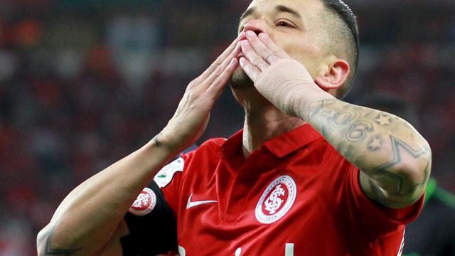 Após um mês fora por lesão, D'Alessandro fica no banco contra Flamengo