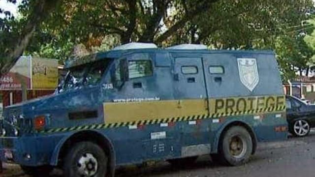 Quadrilha explode carro-forte na Fernão Dias e leva dinheiro