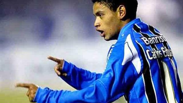 Carlos Eduardo sonha com volta ao Grêmio: 'Seria maravilhoso'