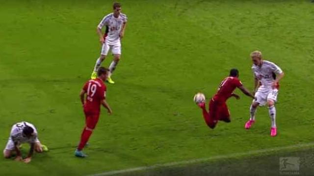 Douglas Costa ganha vídeo comemorativo na Bundesliga