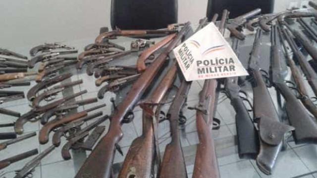 PM atende ocorrência de agressão doméstica e apreende 58 armas