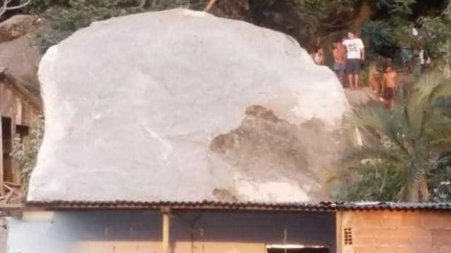 Vila Velha vai decretar estado de emergência por pedra que destruiu casas
