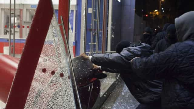 Black blocs enfrentam PM e depredam centro de SP