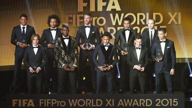 Clima tenso entre Daniel Alves e CR7 antes da cerimônia da FIFA