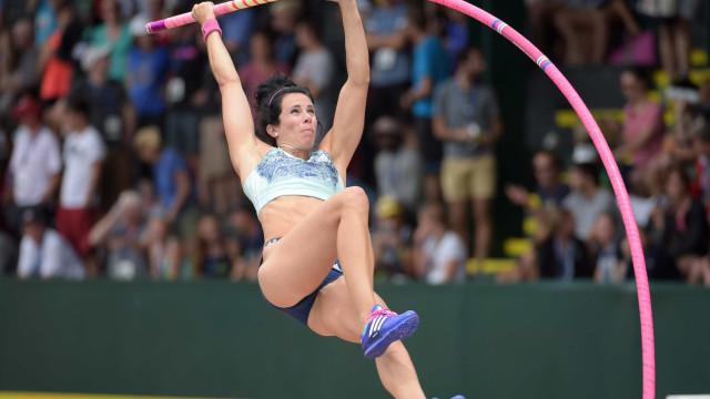 Campeã olímpica quebra recorde mundial indoor do salto com vara