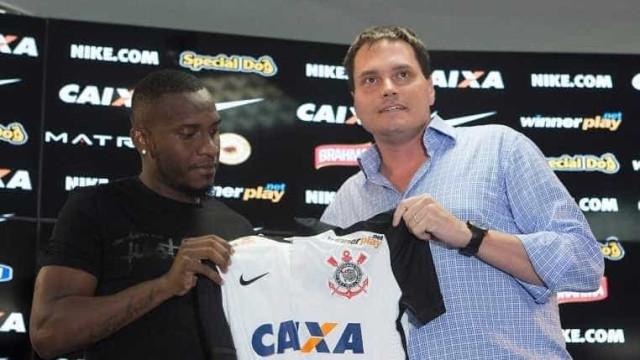 Willians assina e evita se comparar a Ralf no Corinthians