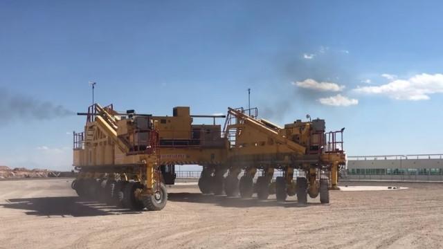 Máquina gigante carrega antenas de telescópio com 100 toneladas