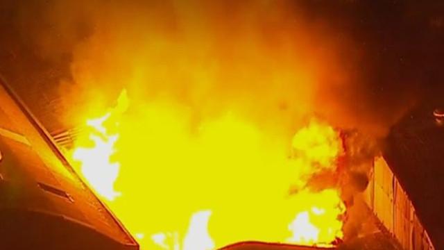 Incêndio atinge galpão na Grande São Paulo